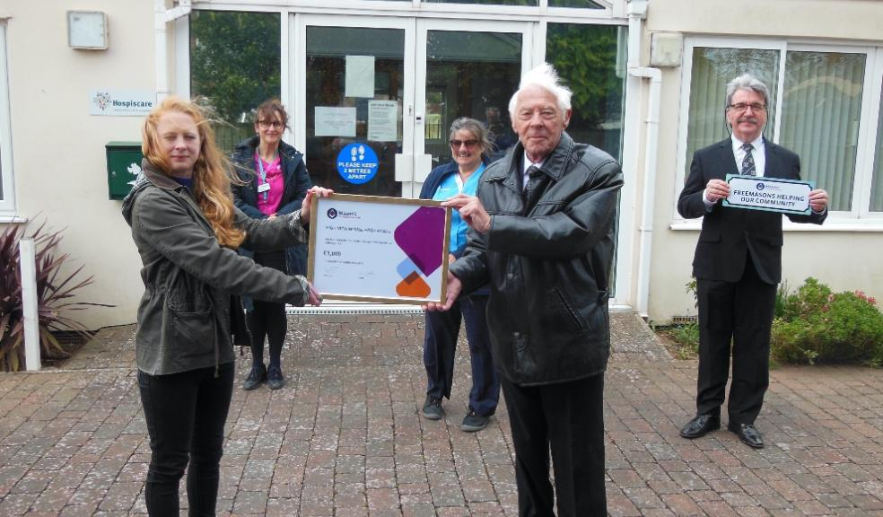 Hospiscare's High View Gardens given £1,000 by the Devonshire Freemasons